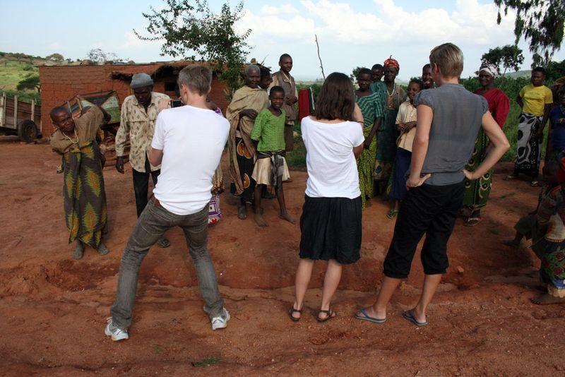 Wazungu wanangalia waafrika
